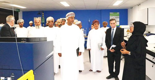 H E Dr Sunaidy visits Sohar University to evaluate project