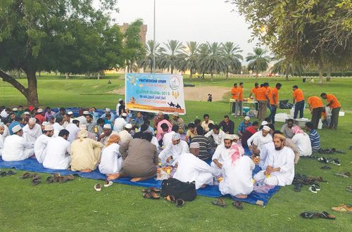 Voluntary organisation serves Friday iftar to taxi drivers and commuters in Rusayl