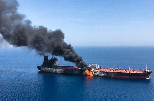 ‪Tensions surge as US accuses Iran of attacking tankers in the waters of Gulf of Oman