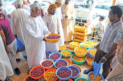 Dates hit the markets in Oman; busoor collection from Sept